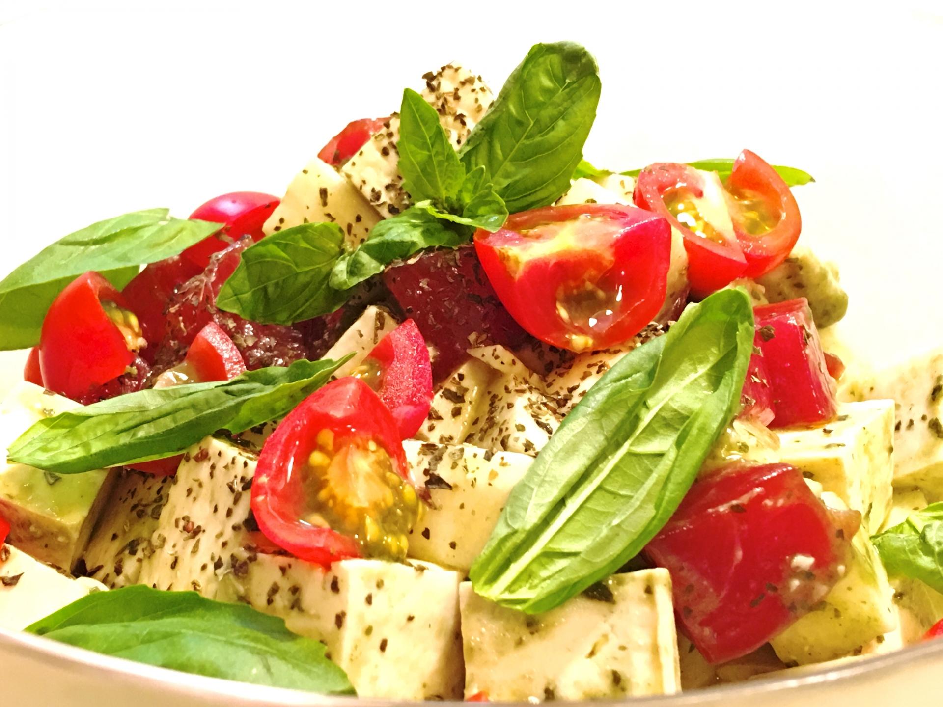 たんぱく質豊富な豆腐とビタミン・ミネラルを多く含む旬の野菜を使ったサラダ
