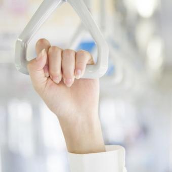 つり革を掴まる手に注目?!手の甲に現れる肌年齢とその対策