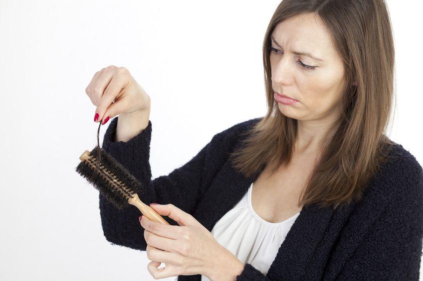 その抜け毛の原因は季節要因?!季節の変わり目の頭皮ケア
