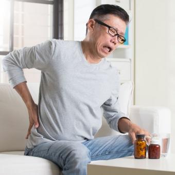 肩こりや腰痛は加齢のせい?!原因を探る3つのポイント