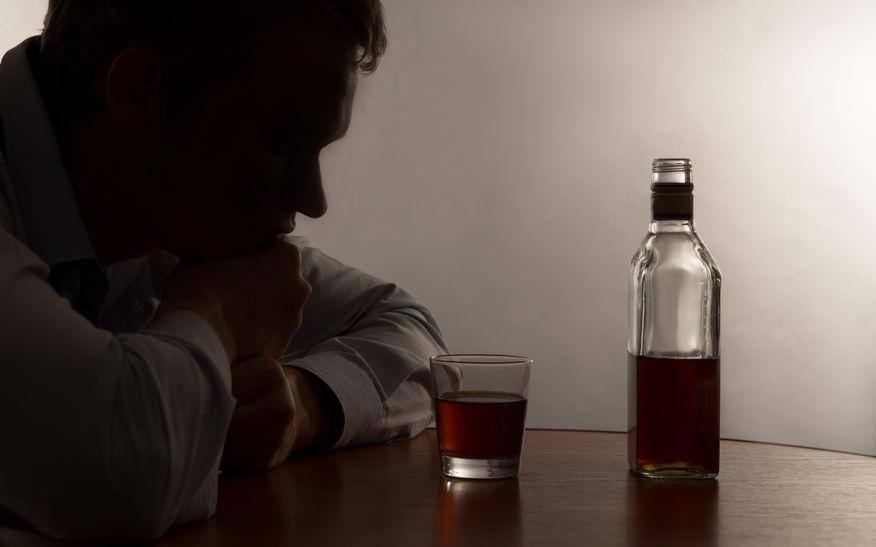 寝酒で睡眠の質は向上する?寝酒のメリット・デメリット